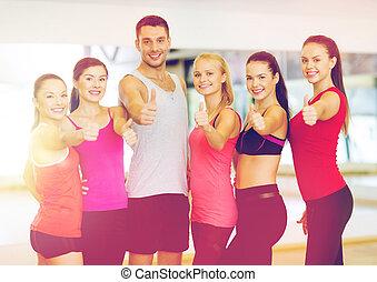 groep, mensen, gym, op, duimen, het tonen