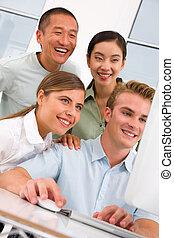 groep, mensen, het kijken, anders, computer, vrolijke