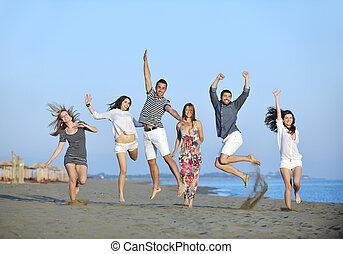 groep, mensen, jonge, hebben vermaak, strand, vrolijke