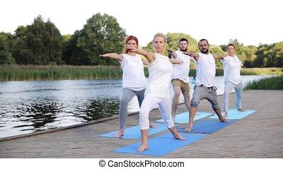 groep mensen, vervaardiging, yoga, oefeningen, buitenshuis