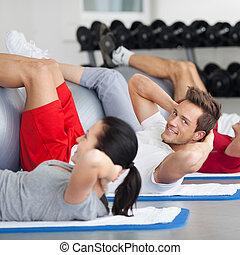 groep, met, fitheid bal, beoefenen, geknars, in, gym