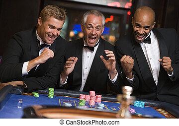 groep, roulette, winnen, mannen, vieren, tafel