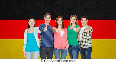 groep, scholieren, het tonen, op, duimen, het glimlachen