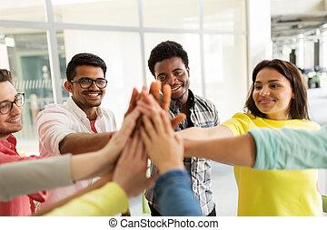 groep, scholieren, hoog vijf, internationaal, vervaardiging