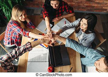 groep, scholieren, op, handen, tafel, clasped