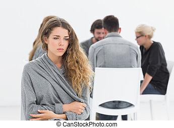 groep, therapie, in, sessie, zittende , in een cirkel, met, therapist, terwijl, vrouw, in, voorgrond