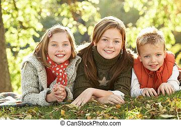 groep, van, 3 kinderen, realxing, buitenshuis, in, herfst landschap