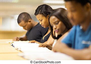groep, van, afrikaan, universiteitsstudenten, lezende