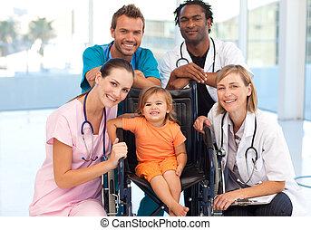 groep, van, artsen, met, een, klein meisje, in, een, wheelchair