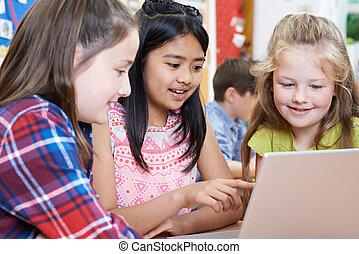 groep, van, basisschool, kinderen samenwerkend, in, de klasse van de computer