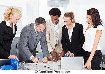groep, van, businesspeople, het bespreken, samen
