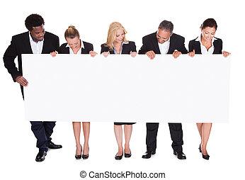 groep, van, businesspeople, vasthouden, plakkaat