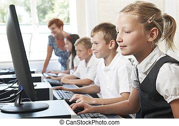 groep, van, elementair, leerlingen, in, de klasse van de computer, met, leraar