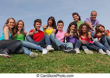 groep, van, gemengde race, het tonen, mobiele telefoon, of, beweeglijk, telefoons