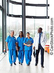 groep, van, gezondheidszorg, werkmannen , wandelende, in, ziekenhuis