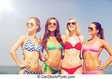 groep, van, het glimlachen, jonge vrouwen, op, strand