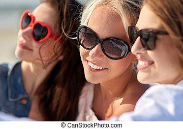 groep, van, het glimlachen, vrouwen, boeiend, selfie, op, strand