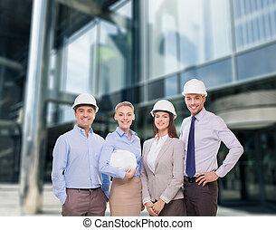 groep, van, het glimlachen, zakenlieden, in, witte , helmen