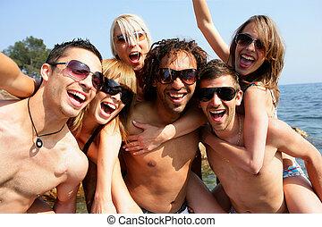 groep, van, jonge volwassenen, feestende, aan het strand