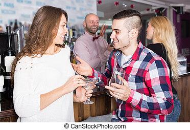groep, van, jonge volwassenen, in, bar