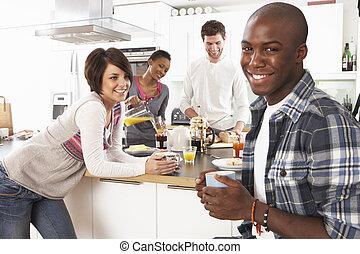 groep, van, jonge, vrienden, het voorbereiden van ontbijt, in, moderne, keuken
