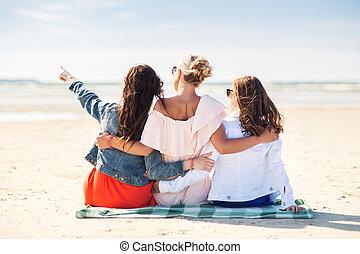 groep, van, jonge vrouwen, het koesteren, op, strand