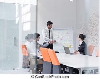 groep, van, jonge, zakenlui, op, vergadering, op, moderne, start, kantoor