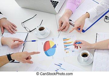 groep, van, jonge, zakenlui, op, vergadering