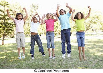 groep van kinderen, het springen in, lucht, in park