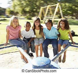 groep van kinderen, paardrijden, op, rotonde, in, speelplaats