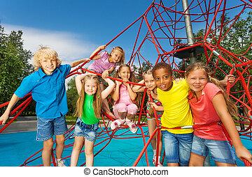 groep van kinderen, stander, op, rood, kabels, en, toneelstuk