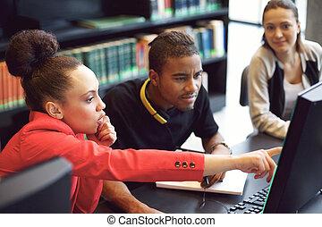 groep, van, scholieren, doen, online onderzoek, in, bibliotheek