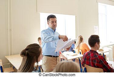 groep, van, scholieren, en, leraar, met, testresultaten