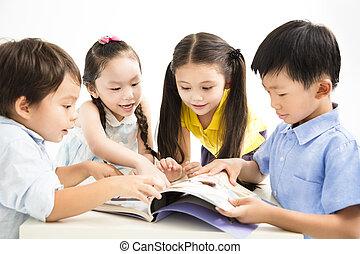 groep, van, school geitjes, studerend , samen