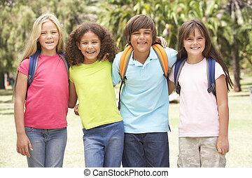 groep, van, schooljeugd, staand, in park