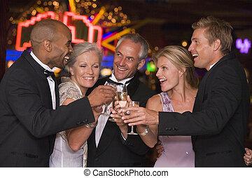 groep van vrienden, vieren, winnen, in, casino