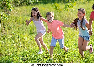 groep, van, vrolijke , kinderen spelende