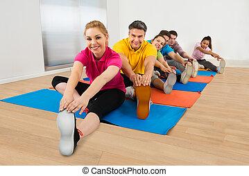 groep, van, vrolijke , mensen, stretching, benen