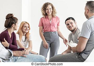 groep, van, vrolijke , tieners, het bereiden, een, schoolspel, met, hun, leraar