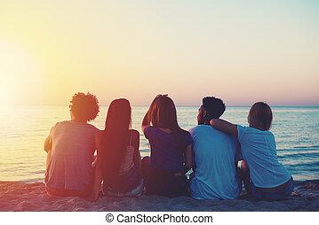 groep, van, vrolijke , vrienden, relaxen, aan het strand