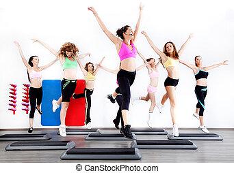groep van vrouwen, doen, aerobics, op, stepper