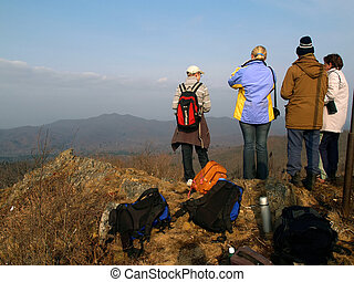 groep, van, wandelende, mensen, op, de, bergtop