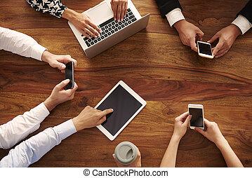 groep van zakenmensen, gebruik, moderne technologie