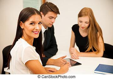 groep van zakenmensen, grondig, voor, oplossing, met, brainstorming, -, vorm een team werk