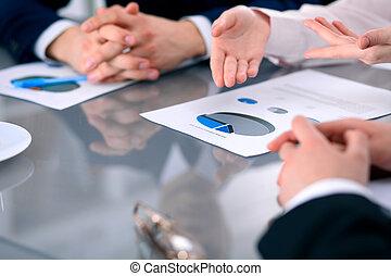 groep van zakenmensen, op, vergadering, het bespreken, financieel, resultaten