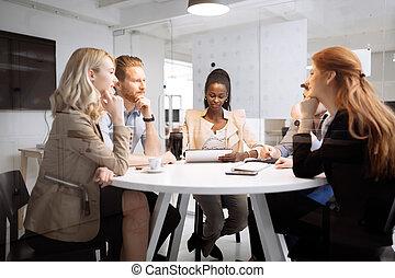groep van zakenmensen, zitting op het bureau