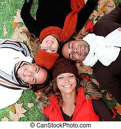groep, volwassenen, jonge, herfst, glimlachen gelukkig