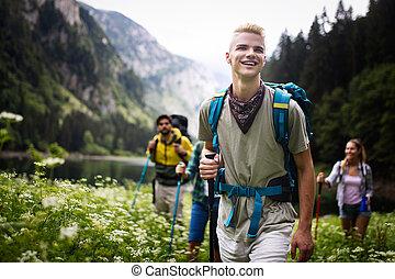groep, wandelende, rugzakken, samen, vrienden, vrolijke