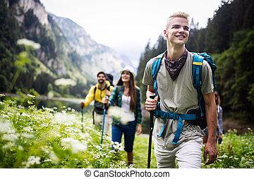 groep, wandelende, vrienden, samen, vrolijke , rugzakken