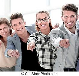 groep, wijzende, mensen, -, vrijstaand, fototoestel, het glimlachen
